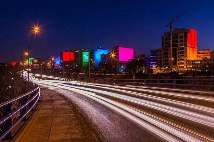 پروژه دیواره های رنگی خیابان آبشار اصفهان ، توسط شرکت نورنگار اسپادانا در سال 94 طراحی و اجرا شده است. در این پروژه بیش از 300 پروژکتور ال ای دی پروژکتور LED به کار رفته است.